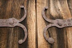 Détail de vieille porte en bois de chêne avec la décoration en métal Images libres de droits