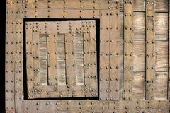 Détail de vieille trappe dans une porte images libres de droits