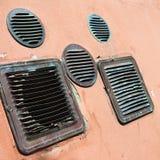 Détail de vieilles grilles de cuivre d'une ventilation dans un mur plâtré coloré image libre de droits