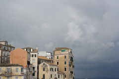 Détail de vieux bâtiments contre le ciel nuageux Images libres de droits