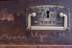 Détail de vieux coffret en bois fermé de tiroirs Images libres de droits