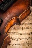 Détail de violon avec le score photographie stock