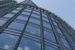 Détail de Windows d'un bâtiment reflété dans le bleu Images libres de droits