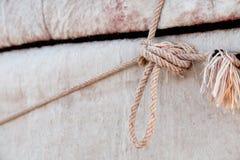 Détail de yurt de nomade - a profondément ressenti le fond et la corde photographie stock