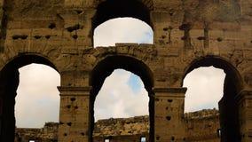 Détail des arcades du Colosseum au centre de Rome au coucher du soleil banque de vidéos