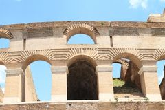 Détail des arcs sur Colosseum Images libres de droits