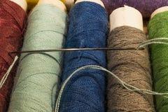Détail des bobines des fils, rouge, vert, bleu, brun Photos stock