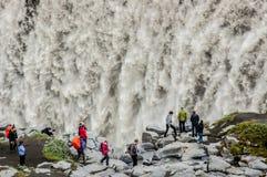 Détail des cascades majestueuses avec des personnes prenant des photos Photo stock
