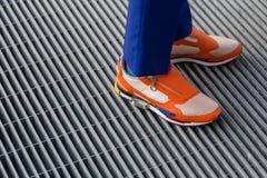Détail des chaussures à l'extérieur du bâtiment de défilé de mode de Colangelo à Milan Image stock