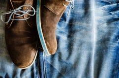 Détail des chaussures en cuir de vintage sur le tissu de denim Photo stock