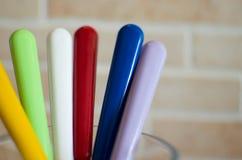 Détail des cuillères colorées de bâtons photo stock