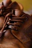 Détail des dentelles très vieilles sur les bottes en cuir images libres de droits