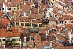 Détail des dessus de toit de Venise vus de la tour de cloche dans la place du ` s de St Mark Photo libre de droits