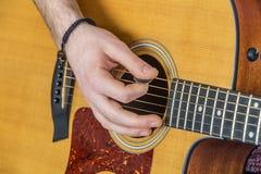 Détail des doigts et de la main du joueur de guitare Images stock