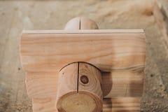 Détail des faisceaux dans le mur de carlingue bois non peint photographie stock