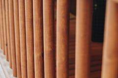 Détail des faisceaux dans le mur de carlingue Bois peint avec la peinture de fongicide photos stock