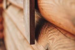 Détail des faisceaux dans le mur de carlingue Bois peint avec la peinture de fongicide image stock