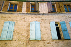 Détail des fenêtres avec les volets bleus Photo stock