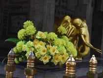 Détail des fleurs et éléphant d'or au temple de la relique sacrée de dent Photos stock