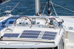 Détail des instruments de volant et de navigation d'un sailboa Images libres de droits