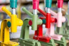 Détail des machines manuelles de buton de presse de main avec le fond brouillé images stock