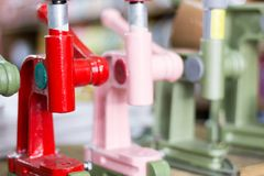 Détail des machines manuelles de buton de presse de main avec le fond brouillé photographie stock libre de droits