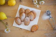 Détail des madeleines faits maison doux français de pâtisserie avec le zeste de citron Image libre de droits