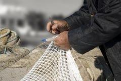 Détail des mains d'un pêcheur Photos libres de droits
