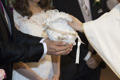 Détail des mains d'un prêtre image stock