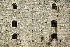Détail des petites fenêtres sur un mur d'un château antique Rozafa, Shkoder, Albanie Image stock