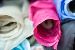 Détail des petits pains multicolores de tissu à vendre dans un magasin de tissu images libres de droits