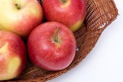 Détail des pommes dans un panier d'isolement Photographie stock libre de droits