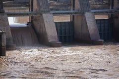 Détail des portes dans le barrage de Mengibar Photos libres de droits