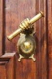 Détail des portes de chêne de l'église catholique Image stock