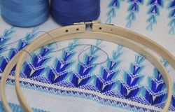 Détail des produits de broderie avec le fil bleu, macro Photos libres de droits