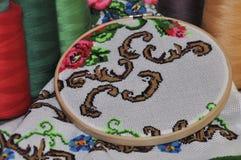 Détail des serviettes traditionnelles de broderie dans la broderie en bois Photo libre de droits