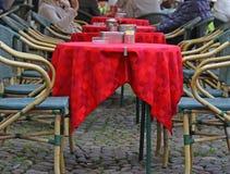 Détail des tables basses dehors dans une plaza photographie stock