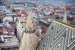 Détail des tuiles colorées et d'une petite fenêtre sur le toit du de la cathédrale du ` s de St Stephen à Vienne, Autriche photo stock