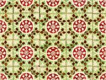 Détail des tuiles glacées rouges et vertes portugaises Photos stock