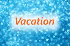 Détail des vacances de mot sur un fond bleu brouillé brillant photos stock