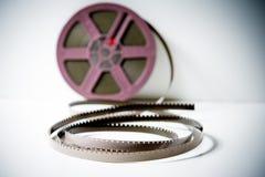 détail du film super8 de 8mm avec la bobine pourpre hors focale dans le backgrou Images stock