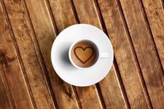 Détail du grand café italien d'expresso dans une tasse blanche, dessus de vue avec la forme de coeur de mousse Photos stock