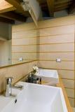 Détail du lavabo en céramique blanc Photographie stock libre de droits