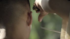 Détail du nettoyage d'oreille de Chengdu banque de vidéos
