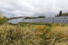 Détail du panneau d'énergie solaire avec le ciel nuageux images stock