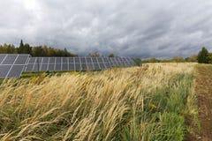 Détail du panneau d'énergie solaire avec le ciel nuageux photo stock
