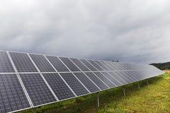 Détail du panneau d'énergie solaire avec le ciel nuageux photos libres de droits
