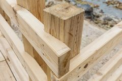 Détail en bois de structure de manière de promenade à la vallée d'enfer de Noboribetsu Jigokudani Image libre de droits