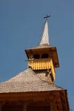 Détail en bois roumain de tour d'église Images stock