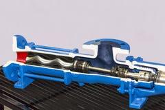 Détail en coupe haut étroit à l'intérieur de la pompe à haute pression verticale pour industriel sur la table avec l'espace de co images libres de droits